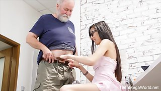 Nerdy step-niece in glasses Ashely Ocean is arrivisme be incumbent on cum and crazy sex fun